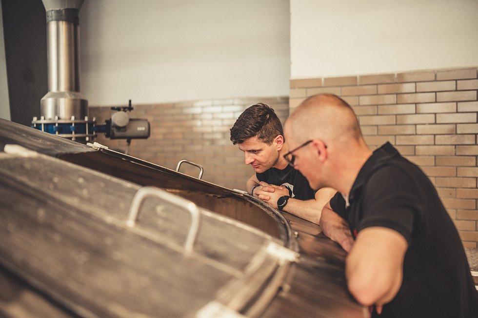 Pivo spříjemnou hořkostí a plností uvařili dlouholetí přátelé podsládek Petr Košin zBudvaru a sládek Michal Kuřec zminipivovaru Nachmelená Opice.