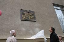 Primátor Českých Budějovic Juraj Thoma a jihočeský hejtman Jan Zahradník v pátek slavnostně odhalili kopii desky, která vyjmenovává členy Národního výboru. Ten v roce 1918 zasedal v kavárně u Volbrechtů, jež sídlila v dnešní budově Jihočeské univerzity.