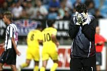 Domácí gólman Pavel Kučera po penaltě, kterou chytil, ale z dorážky inkasoval.