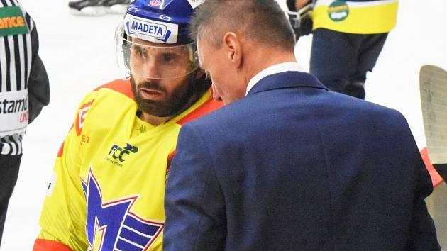 Lukáš Endál naslouchá pokynům asistenta trenéra Aleše Tottera.