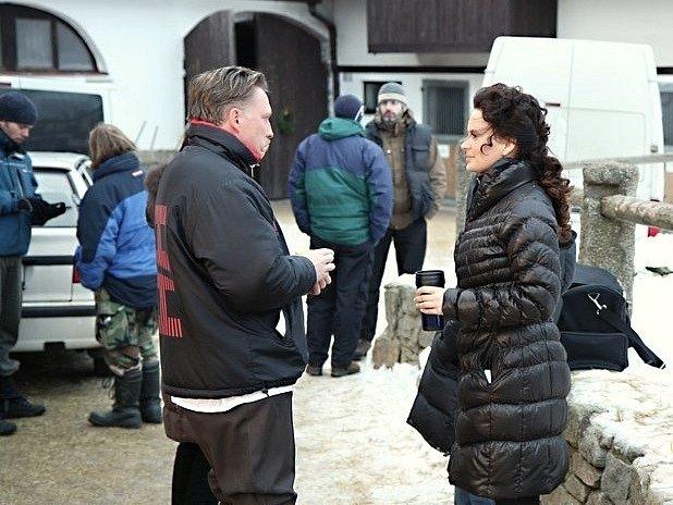 Snímek znatáčení televizního filmu Sněžná noc. Jitka Čvančarová sMichalem Dlouhým chvíli před natáčením milostné scény ve stáji vCunkově.