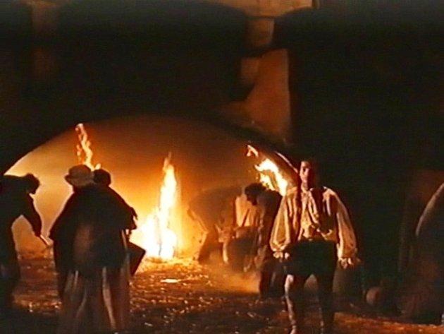 Boj splameny je na plátně vúvodních scénách. Úplně vlevo patří silueta přikrčeného muže svidlemi  komparzistovi Miroslavu Mrázovi.