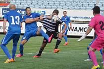 Richard Kalod střílí vítězný gól Dynama v zápase s Vítkovicemi.