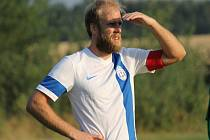 Kapitán Petr Zahradník. V bílém hrající Dolní Bukovsko doma se Suchdolem (2:2) zachraňovalo bod gólem Jiřího Kliky v 89. minutě, kdy hrálo bez dvou vyloučených.