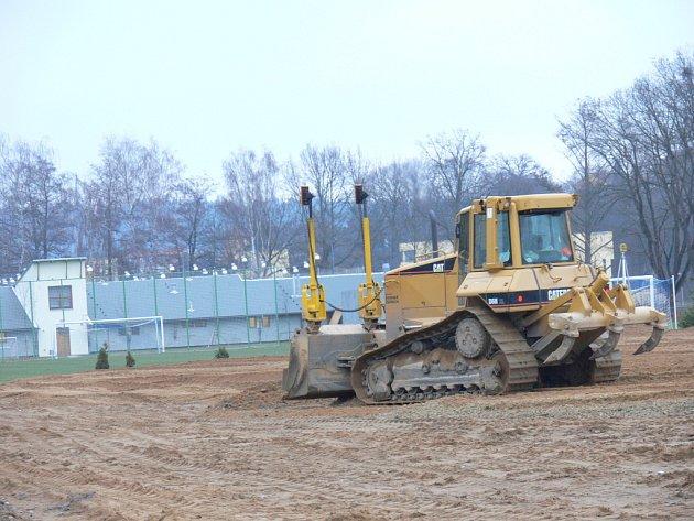 Fotbalisté TJ Hluboká nad Vltavou budou mít hřiště s umělou trávou. Prácě pokračují utěšeným tempem. V těchto dnech stavitelská firma připravuje podloží.