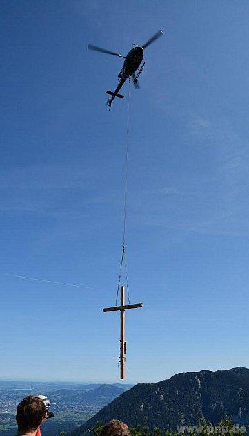 Na Třístoličník vynesl kříž vrtulník.