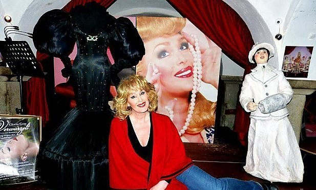 Gloria ve své kavárně.