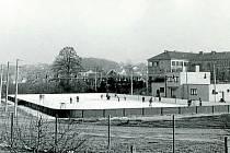 Bruslení na hřišti u základní školy na Malé Straně v Týně nad Vltavou v 70. letech 20. století.