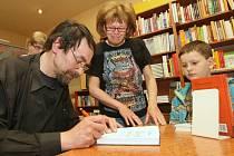 Spisovatel Jan Bauer při autogramiádě.
