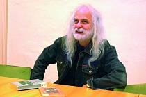 Josef Rauvolf je skutečným znalcem této problematiky. Jeho překlady patří k tomu nejlepšímu, co se k šumavské pověsti v posledních letech  u nás objevilo.