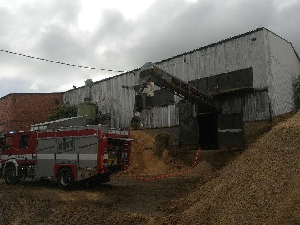 Pilu před shořením zachránili frymburští hasiči.