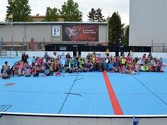 Mateřské školy si zahrály hokejbal na Pedagogu.