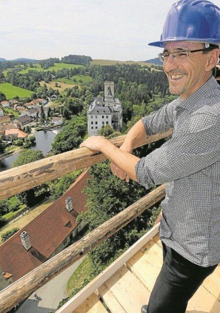 KOMENTÁŘ Petra Pavelce budou moci iletos vyslechnout někteří návštěvníci hradu Rožmberku na ochozu experimentálně opravované věže Jakobínky.