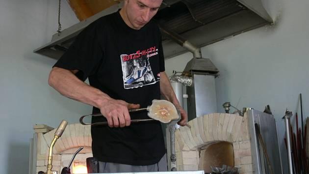 Pod rukama mladého, leč zkušeného skláře pocházejícího ze severních Čech, Zdeňka Kunce, se skleněná labuť vylíhne za několik sekund.