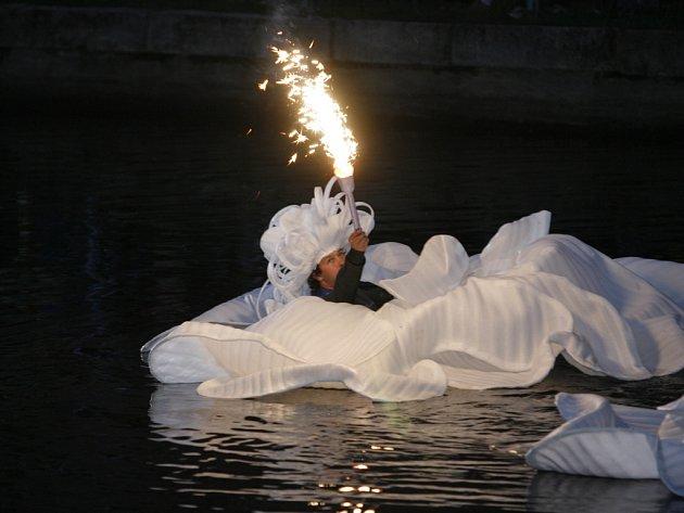 Pod taktovkou společnosti Bazilika se na slepém rameni řeky Malše uskutečnila oslava Slunovratu. Hlavní slovo měly bubny a ohně, planoucí nad ztemnělou vodní hladinou.