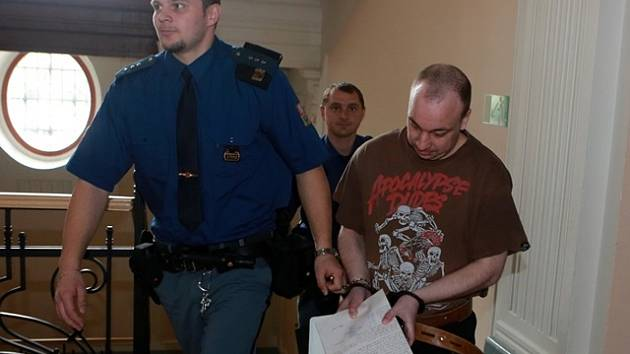 Tomáš Pospíšil (28)  čelí obžalobě ze znásilnění nezletilé, sexuálního nátlaku a ohrožování výchovy dítěte.