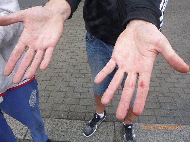 Mladíci zapírali marně. Prozradily je ruce od stejné barvy, jakou byla poškozená fasáda domu.