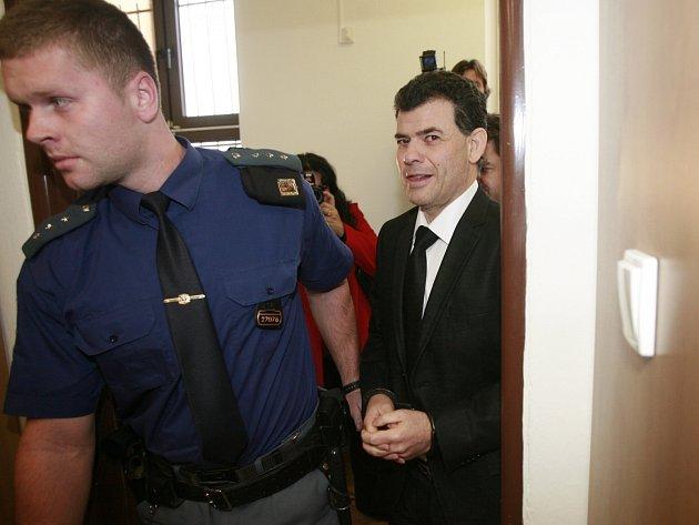 Stanislav Snášel (na snímku) a jeho společník Karel Berka čelí obvinění z podvodu. Podle policie okrádali zájemce o koupi bytů v Táboře.