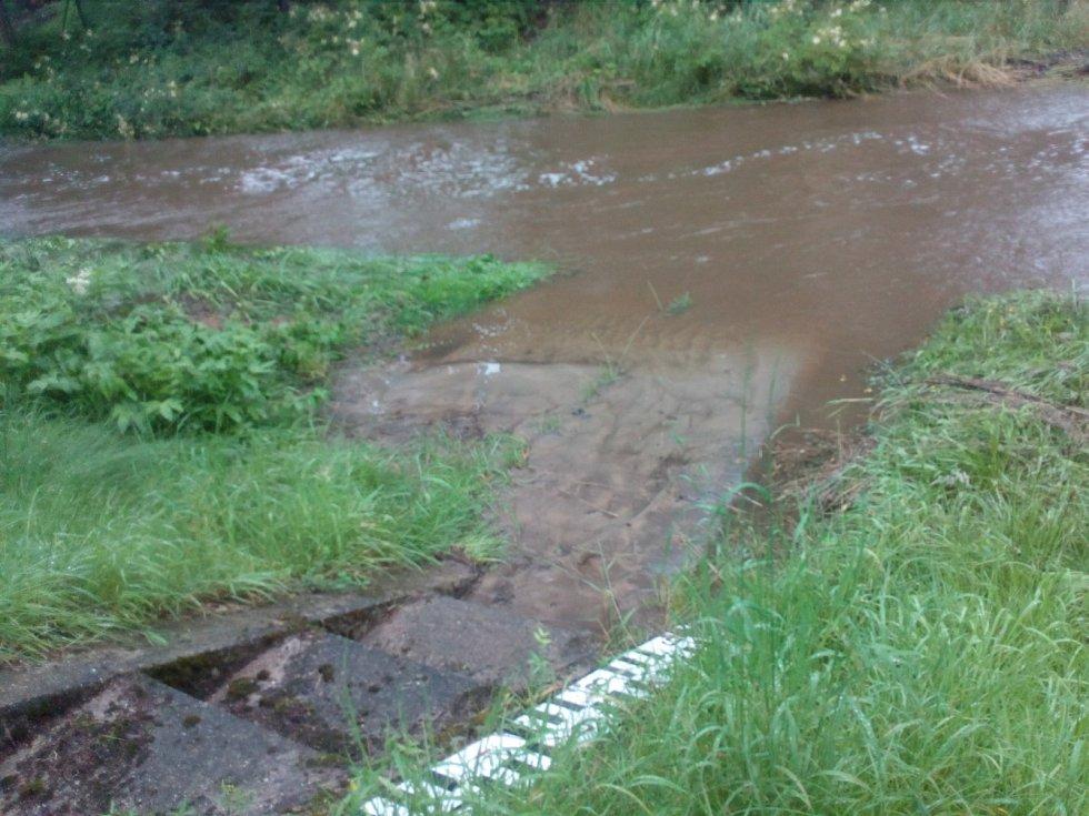 Po deštích v noci na neděli 18. 7. 2021 stoupaly hladiny vodních toků v Novohradských horách. Stropnice v Horní Stropnici.