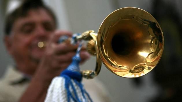 Petr Dostál-Berg vdechl po 200 letech život rožmberské trubce z Krumlova. Zahrál na ni na Hudebních slavnostech Emy Destinnové v Českých Budějovicích. Nástroj se jmenuje tromba clarina.