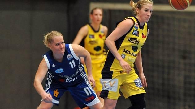 Na začátku sezony oblékala Michaela Uhrová (zcela vlevo) strakonický dres. Hana Nezdařilová (vpravo) je dnes její spoluhráčkou ve Slovance.