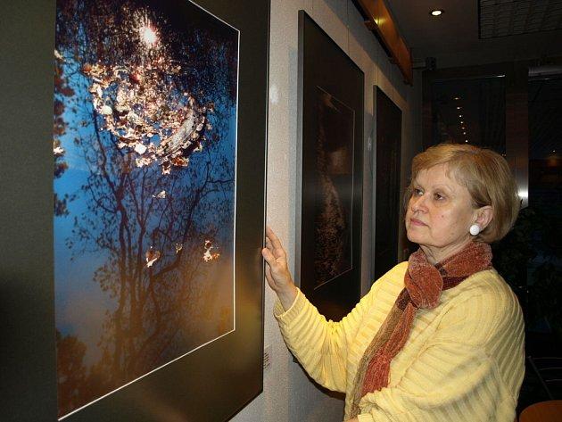 Bohuslava Maříková instaluje poslední snímky své aktuální výstavy.
