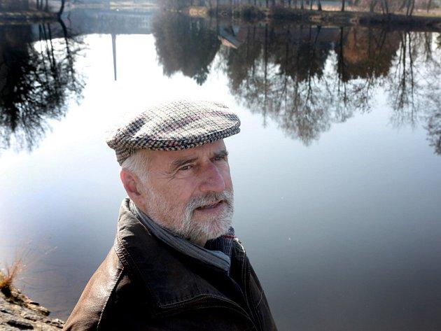Pavel Kadrmas (66, na snímku u Vltavy v Českých Budějovicích) napsal v roce 1983 scénář k filmu Život řeky o vltavském údolí před stavbou Temelína a Hněvkovické přehrady. Film, který byl léta považován za ztracený, se našel v Národním filmovém archivu.