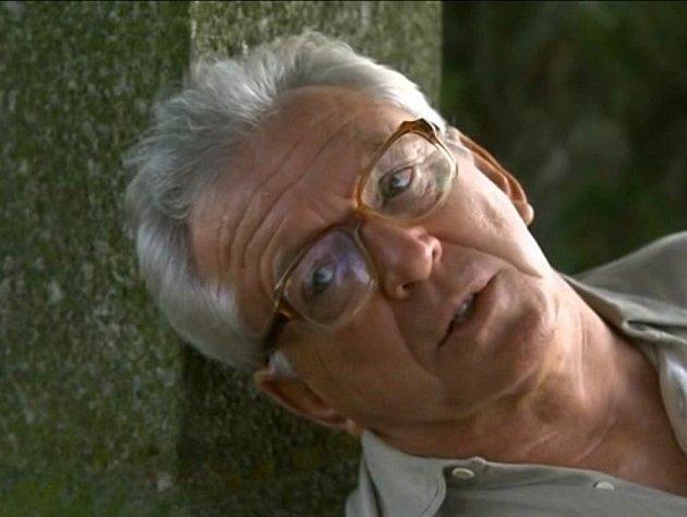 Ubožích muk se hlavní postavě podle scénáře udělá zle. Herec Jaromír Hanzlík hraje infarkt.