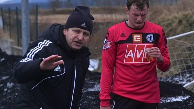 Trenér Miroslav Soukup udílí rady Jakubu Řezníčkovi.