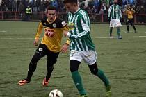 Dorostenec Jan Hála v zápase Dynama s Bohemians (2:2) bojuje s Lukášem Budínským.