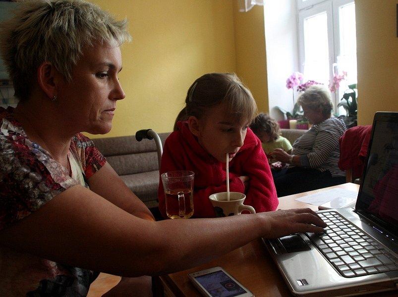 Bára mi spolu s maminkou ukazuje video, na kterém plave svým osobitým způsobem.