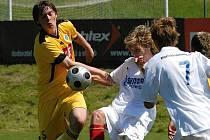 Juniorka Dynama s osmi dorostenci v základu podlehla ve svém posledním zápase v tomto ročníku III. ligy rezervě Plzně 0:1. Na snímku domácí Filip Král bojuje s plzeňským Vitoušem.