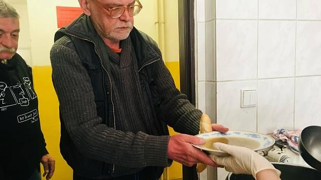 V Domě sv. Pavla navýšili kvůli mrazům kapacitu pro nocleh. Jednou denně se tu vydává teplá polévka.
