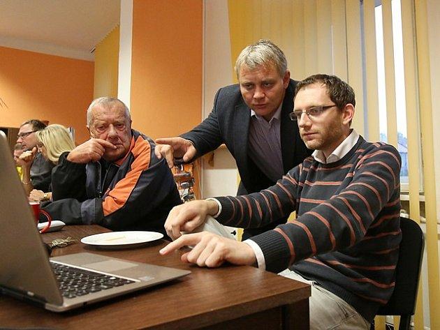 Členové ČSSD při sledování výsledků komunálních voleb.