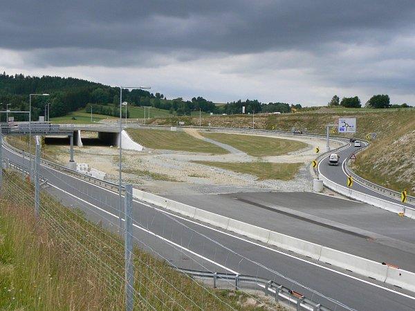 Obchvat rakouského Freistadtu, který bude součástí rychlostní silnice S10 zLince ke státní hranici, zatím končí nad městem. Vplánu je ale prodloužení silnice až ke státní hranici.