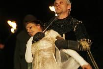 Jihočeské divadlo zahájí ve středu sezonu před krumlovskou točnou. Začne Robinem Hoodem. Na snímku Dana Verzichová jako Marianna a Ondřej Volejník jako šerif z Nottinghamu.