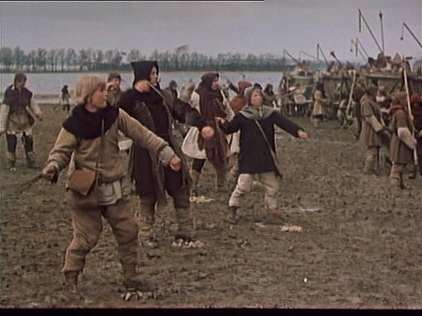 Záběr zfilmu Jan Žižka, který se zčásti natáčel na jihu Čech. Práčata se pouštějí do boje uSudoměře.