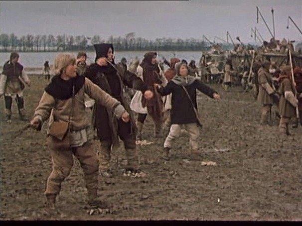 Záběr z filmu Jan Žižka, který se zčásti natáčel na jihu Čech. Práčata se pouštějí do boje u Sudoměře.