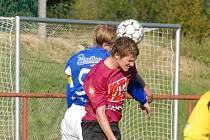 Zdeněk Ondrášek (ve vzdušném souboji s náchodským Kaplanem) dal v zápase III. ligy proti Náchodu vedoucí gól juniorky Dynama.