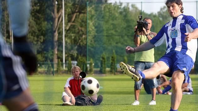 Jaromír Jágr sportovním příznivcům na Hluboké ukázal, že to umí nejen na ledě s hokejkou a pukem, ale také na fotbalovém trávníku.