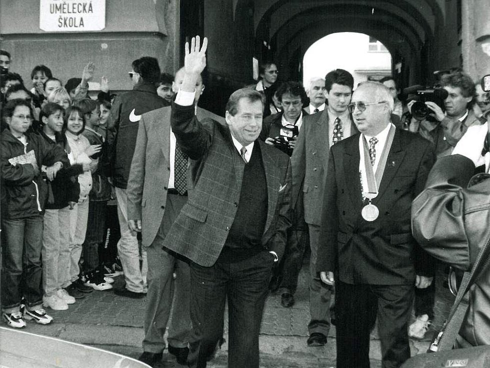 Václav Havel navštívil v roce 1997 Dačice, na snímku s tehdejším starostou Janem Jelínkem,  a projel se také populární úzkokolejkou z J. Hradce do Nové Bystřice.