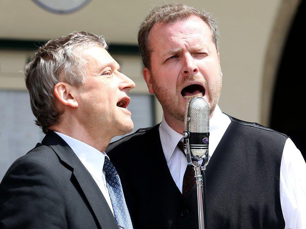 Obnovená kapela Schwarzenberské gardy hrála 5. července na náměstí v Českém Krumlově. Na snímku houslista a zpěvák Zbyněk Malý a zpěvák a kytarista Marek Rejhon.