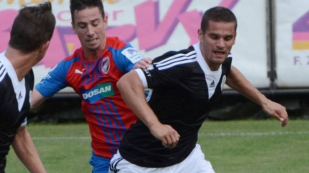 Ladislav Volešák v zápase s Plzní bojuje s Milanem Petrželou.