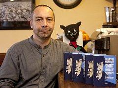 Příběh jednoho z králů Šumavy, převaděče Kiliána Nowotného, zpracoval ve svém novém románu Martin Sichinger. Po stopách slavného pašeráka se v knize vypraví 12letý Tomáš. Spisovatel, rodák z Vimperka, je na snímku v budějovické kavárně U černé kočky.