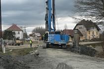 Stavba nového mostu přes železniční trať u Trocnova nedaleko Borovan na Českobudějovicku.