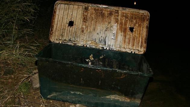 Ženské tělo bylo ukryto v této plastové schránce.