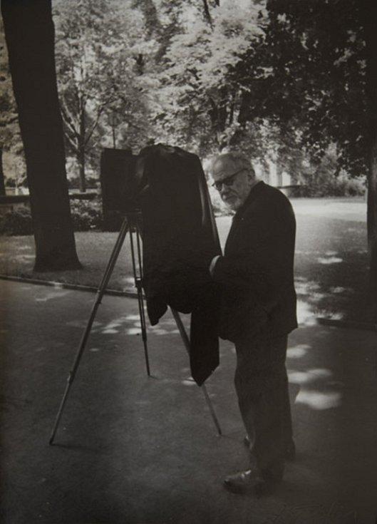Národní muzeum fotografie v Jindřichově Hradci slaví 10 let a otevřelo 10 výstav, které potrvají do 30. září. Snímek Josef Sudek v Královské zahradě.