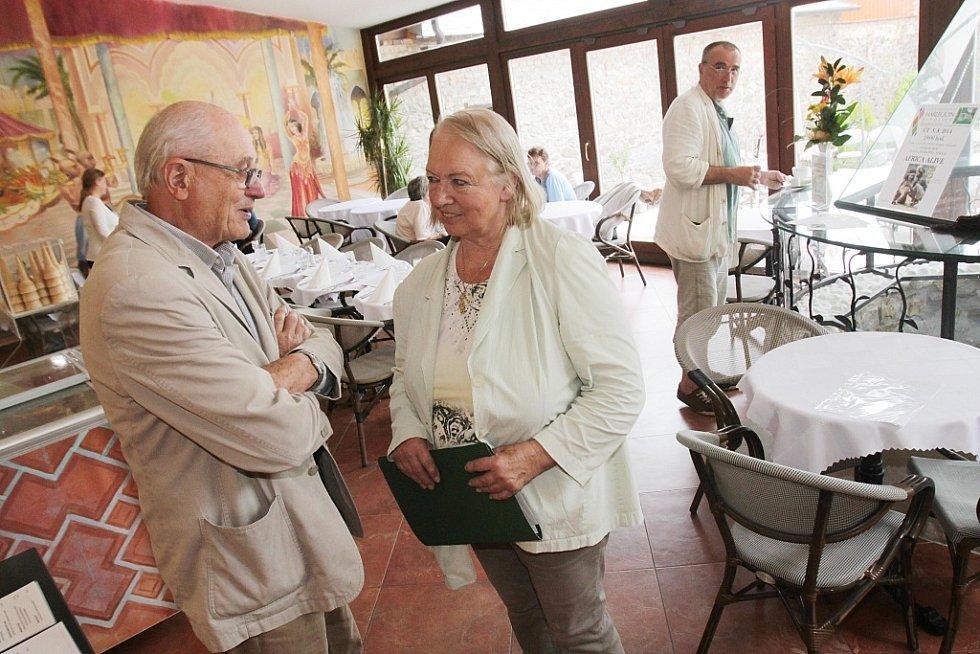 V Netolicích na Prachaticku se rozjíždí nová kulturní kavárna Café Harlequin. Na snímku zleva majitelka Christine Gerstmaier a filmový architekt Jiří Hlupý,který dal podobu interiéru.