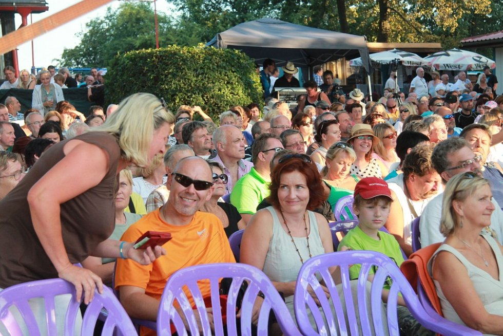 Zhruba 500 lidí vyrazilo 17. srpna na koncert Nezmarné léto. Skupina Nezmaři ho odehrála se swingovým orchestrem na třeboňské pláži Ostende u rybníka Svět.