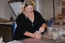 Miroslava Potužníková ze Zdíkova na Šumavě začala před dvanácti lety vyrábět keramiku. Splnila si tak svůj dětský sen. Letos se navíc dočkala ocenění, umístila se na stříbrné příčce v krajském kole podnikatelské soutěže Živnostník roku 2011.